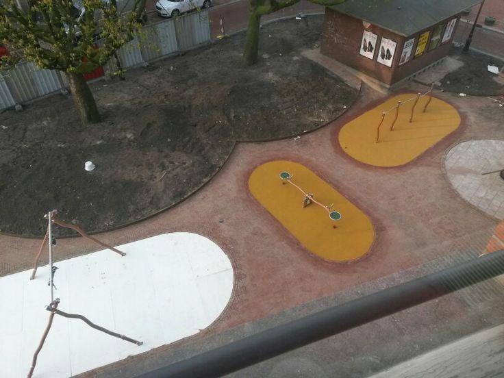 2. April 2014. Der Platz vor meiner Haustür, von dem ich vor Tagen schon dachte, dass er bald fertig ist, wird ein Kinderspielplatz. Freude schöner Götterfunken!