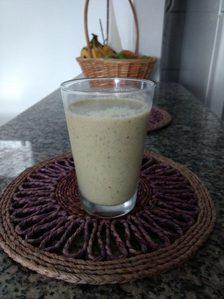Iogurte de Kefir batido com couve, abacaxi, laranja, gengibre, hortelã e chia.