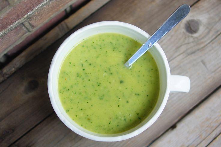 Je snijdt een ui, 1 teen knoflook en een hele courgette in stukjes. Deze bak je in roomboter eventjes aan. Voeg er een halve liter water en 1 blokje groentenbouillon aan toe en laat het 10 minuutjes pruttelen (niet koken). Pureer de soep met de staafmixer en breng op smaak met peper.