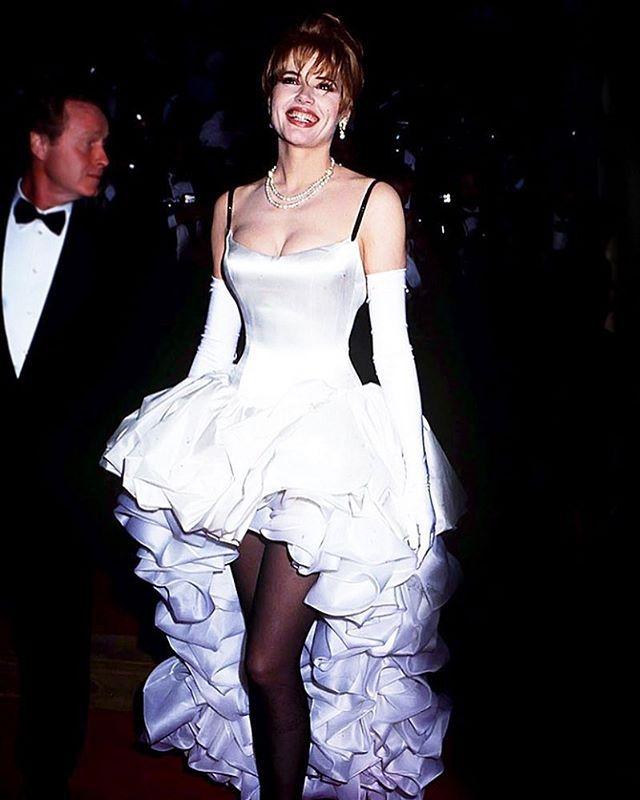 """Красная дорожка 89-ого """"Оскара"""" стартует через пять часов. Вопросов у нас много. Дадут ли статуэтку мьюзиклу """"Ла-ла Ленд""""? Какое платье наденет глубоко беременная номинантка Натали Портман? Придёт ли вообще Анжелина Джоли (ей пророчат два громких голливудских """"возвращения"""" в ближайшем будущем)? Пока ждём начала вспоминаем на Tatler.ru не самые удачные наряды в истории церемонии. На фото Джина Дэвис в зефирном платье в 1992-ом. Остальные луки по активной ссылке в профиле. По той же ссылке…"""