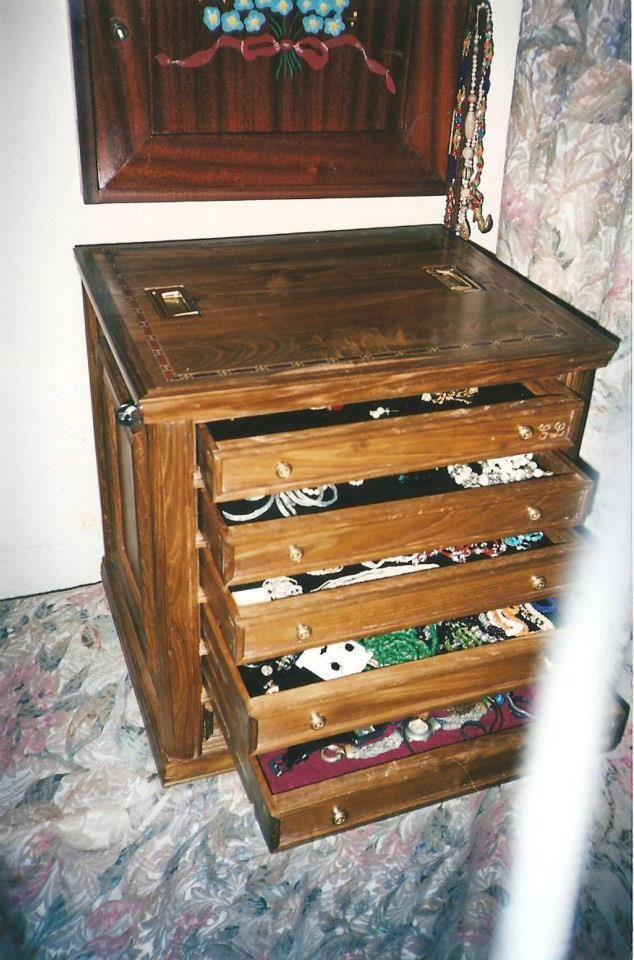 Joyero pequeño, hecho en madera de castaño. Tiene seis cajones, los cuales se pueden abrir o cerrar todos a la vez con una unica cerradura.