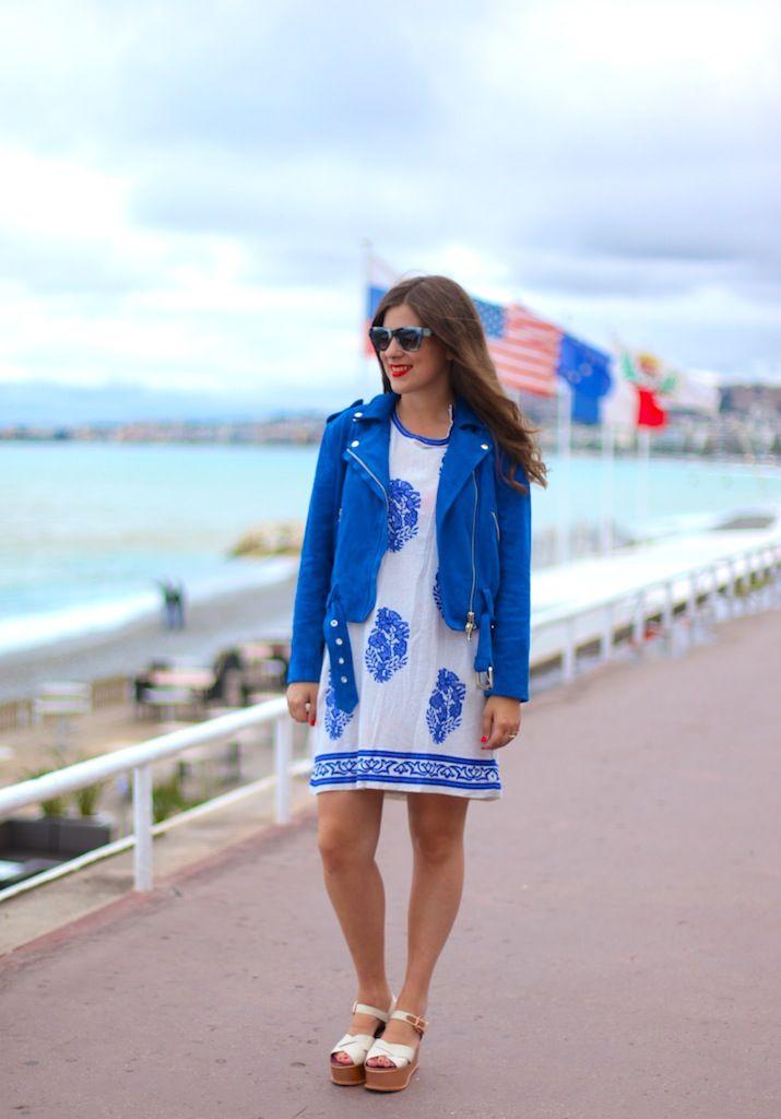 Bloggerin Jessica von www.journelles.de kombiniert klassisch weiße Wedges zu einem weiß-kobaltblauem Outfit.