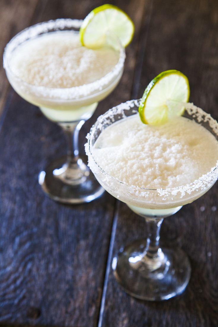 De frozen margarita is dé cocktail voor een warme zomers dag. Heerlijk op het strand, maar natuurlijk ook perfect op je balkon, in de tuin of op het terras. Zelf maken is super easy en dat laten wij je vandaag zien. Het grote verschil met de klassieke margarita is dat de cocktail niet geschud wordt, …