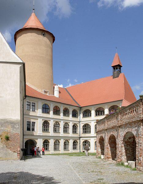 File:Veveří (hrad) - arkádové nádvoří.jpg