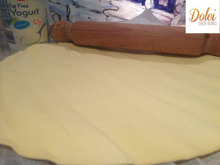 """PASTA SFOGLIA: 125 gr. Farina 00 - 60 gr. Yogurt Magro (oppure ricotta) - 2 cc di Olio - Sale q.b. -Acqua q.b. Procedere come descritto sul sito. Forno 180 gradi per 40"""". PORZIONI WW per tutta la sfoglia: 5 carb. chiari - 2 grassi - 1/2 latte"""