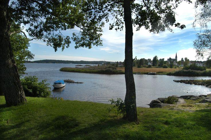 Svarbergshyttene har flott utsikt over sjøen.