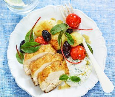 Den här rätten på vitlöksstekt majskyckling med basilikacrème får smaklökarna att jubla. Och det bästa, den reder sig själv i ugnen. Det du behöver göra är att förbereda den härliga basilikacrèmen som innehåller färska kryddor. Till servering får du saftig kyckling, ugnsrostade grönsaker, mangold och krämig sås.