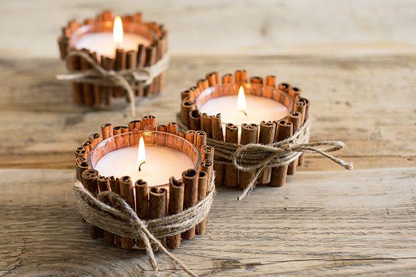 Zimt-Lichter – Mit Deko-Zimtstangen lässt sich ganz einfach eine stimmungsvolle Tischbeleuchtung basteln. Dazu zunächst einen Gummiring um ein robustes Glas spannen, den Deko-Zimt rundum darunterschieben, danach mehrfach mit grober Paketschnur umwickeln und mit einer Schleife fixieren. Zum Schluss ein Teelicht oder eine passende Kerze ins Glas stellen.