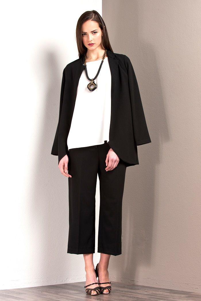 Olivia dress à porter è una Capsule Collection composta da decine di capi tra cui maglie, giacche, camicie, abiti di varia lunghezza, gonne, pantaloni, ma anche un paio di proposte di giacche e pellicce ecologiche in diverse nuance fashion.