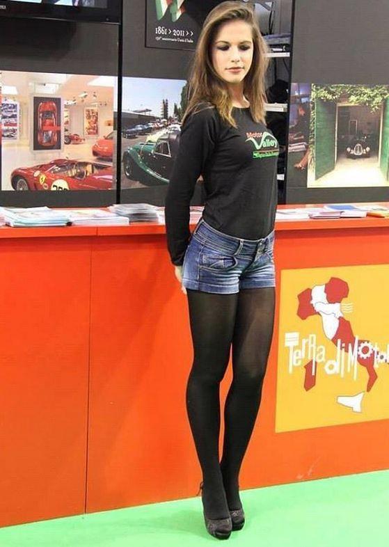 Public, Öffentlichkeit, Sexy, Hot, long Legs, lange Beine, Thights, Pantyhose, Strumpfhose, Lingerie, Dessous, Unterwäsche, Nylons, High Heels, Pumps, Stiletto