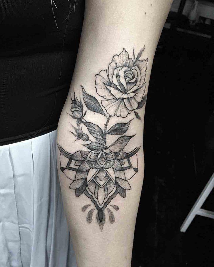die besten 25 armbeugen tattoos ideen auf pinterest zierliche tattoos skript tattoo. Black Bedroom Furniture Sets. Home Design Ideas