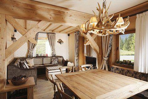 """Arredamento appartamento a Cortina d'Ampezzo, legno di abete cotto finito a """"spacco d'ascia""""."""