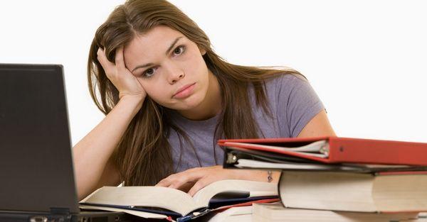 Девушка без трудового опыта мучается вопросом, как ей найти работу.