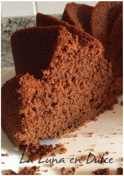 ¡Buenos días! Otro bizcocho de chocolate, ideal para un viernes, no creeis? En este caso es una receta de Su, de Webos Fritos , y tal y c...