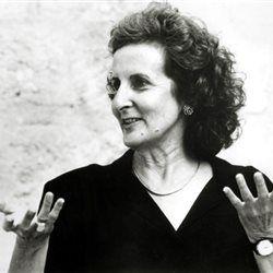H Τρίσα Μπράουν είναι μια εξερευνήτρια του χορού, εφευρέτης μιας κίνησης που ταρακούνησε τα θεμέλιά του. Μετά την εμφάνισή της στο στερέωμα του χορού, τίποτα δεν έμεινε ίδιο. Γεννήθηκε το 1936 στα βόρεια της πολιτείας της Ουάσινγκτον και έκανε από μικρή μαθήματα μπαλέτου. Πήγε στην Καλιφόρνια για να μελετήσει το σύγχρονο χορό και μετακόμισε στη Νέα Υόρκη το 1961.