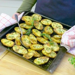 Solo oder als Beilage: Rosmarinkartoffeln schmecken herrlich würzig. Wir zeigen Schritt für Schritt, wie die mediterrane Köstlichkeit gelingt.