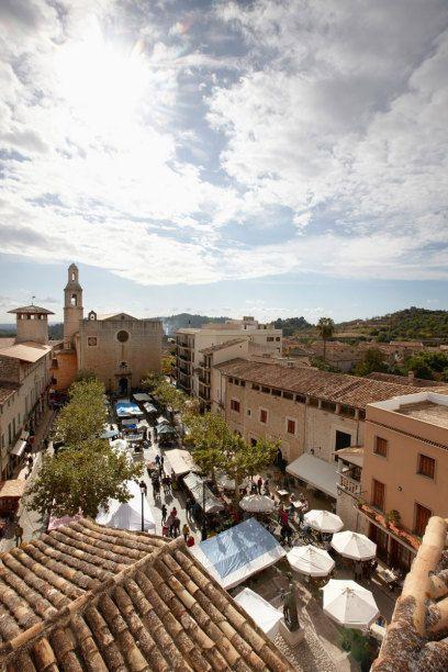 Die meisten kennen von Mallorca die Badeorte an der Küste. Dabei lohnt sich auch Besuch der Inselmitte. Dort finden sich schöne Dörfer und tolle Weine.