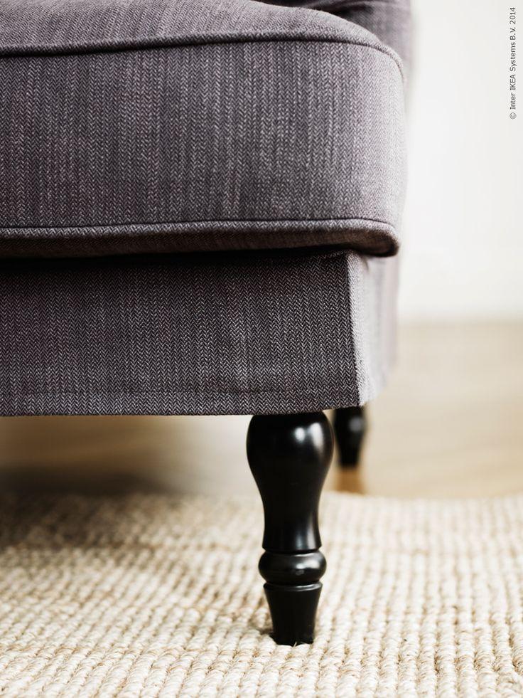 Nätta ben svarvade av massiv furu, finns i två färger till STOCKSUND soffa.