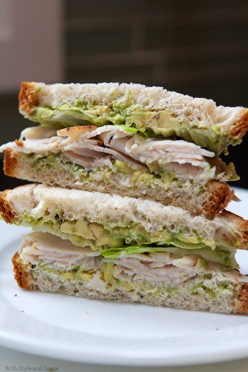 Sandwich de guacamole, fiambre de pavo y lechuga.