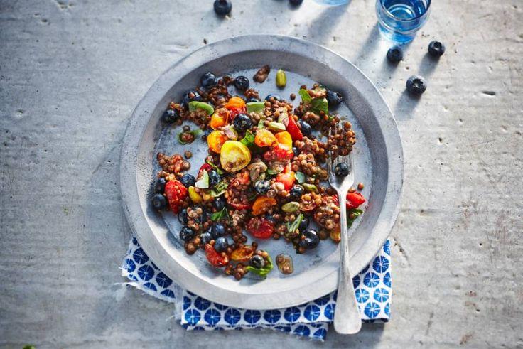 Kijk wat een lekker recept ik heb gevonden op Allerhande! Linzensalade met tomaat en blauwe bes