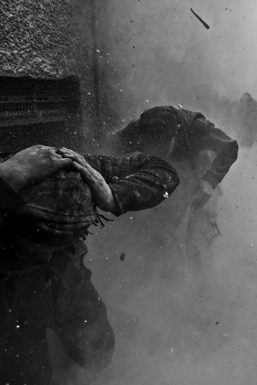 In mezzo al cuore  il dolore del mondo  fumo di barricate  urla strazianti  degli innocenti  Occhi bambini  non comprendono  il fragore di bombe lampi nella notte  ladri di sogni  Silenzio  e lacrime in ricerca ininterrotta di nuove speranze   -  (⭐In mezzo al cuore⭐ - poesia di @poetyca )