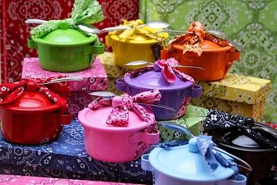 Adorei essa idéia. Panelinhas coloridas recheadas de brigadeiro para lembrança de festa infantil.