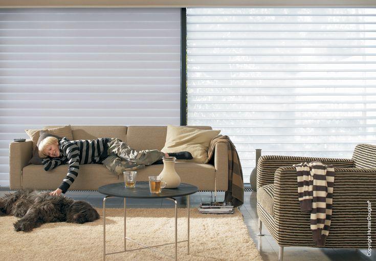 Cortina Silhouette   Luxaflex   Soho Design. A cortina Silhouette possui lâminas de tecidos suspensas entre duas telas transparentes. Possui três níveis de privacidade, escurecimento e visibilidade. #decor #decoração #decorlovers #designdeinterior #arquitetos #hunterdouglas #sohodesign