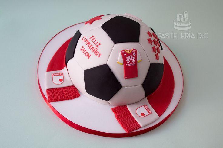 Torta semiesférica con diseño de balón de fútbol para un hincha de Independiente Santa Fe / Football (soccer) cake for an Independiente Santa Fe supporter.