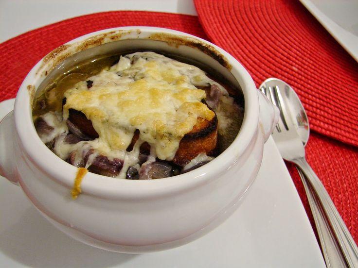 Sopa de cebola roxa com queijo pecorino