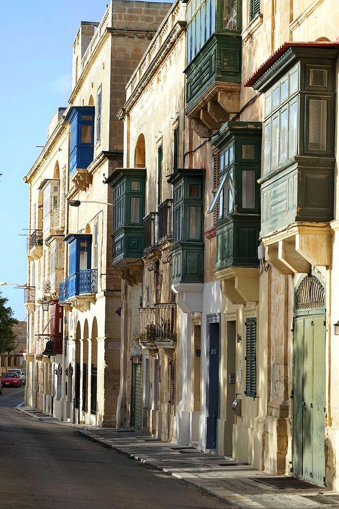 https://flic.kr/p/EYovoR | Les balcons de la Valette (Malte) | Les balcons en bois (bow-window) sont caractéristiques du Malte historique. Ils ont une forte parenté avec les balcons du Maghreb, les artisans arabes ou ottomans étaient nombreux à Malte à l'époque des chevaliers et leur savoir-faire était exploité.   Comme dans le monde oriental, ces balcons permettaient aux habitants (notamment aux femmes) de regarder dans la rue discrètement. Aujourd'hui ils rythment esthétiquement les…