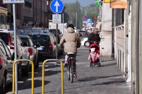 Il corso ristretto dal cantiere spaventa gli amanti del pedale sfiorati dalle auto. In molti trasformano il marciapiede in ciclabile. E così a protestare sono i pedoni