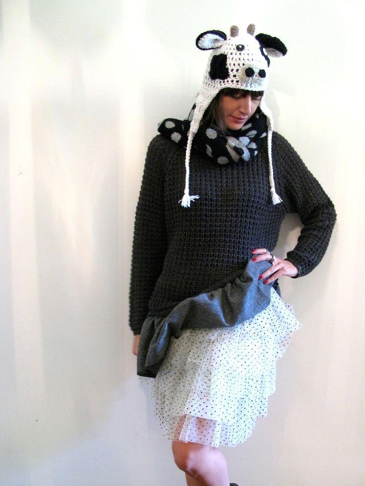 Maglione vitto, realizzato in lana e applicazione rouge in tessuto euro 75 Gonna balze, realizzata in tulle pois euro 95 Cappello mucca, realizzato a mano in lana euro 45  Sciarpa pois, in lana fantasia euro 35