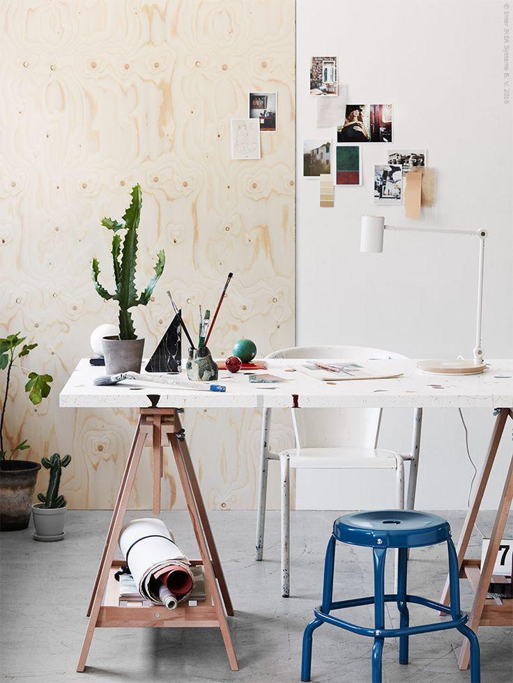 LINNMON vit bordsskiva, här DIY målad i Terazzo stil, RÅSKOG pall, FINNVARD benbock i bok, RIGGAD LED arbetslampa.