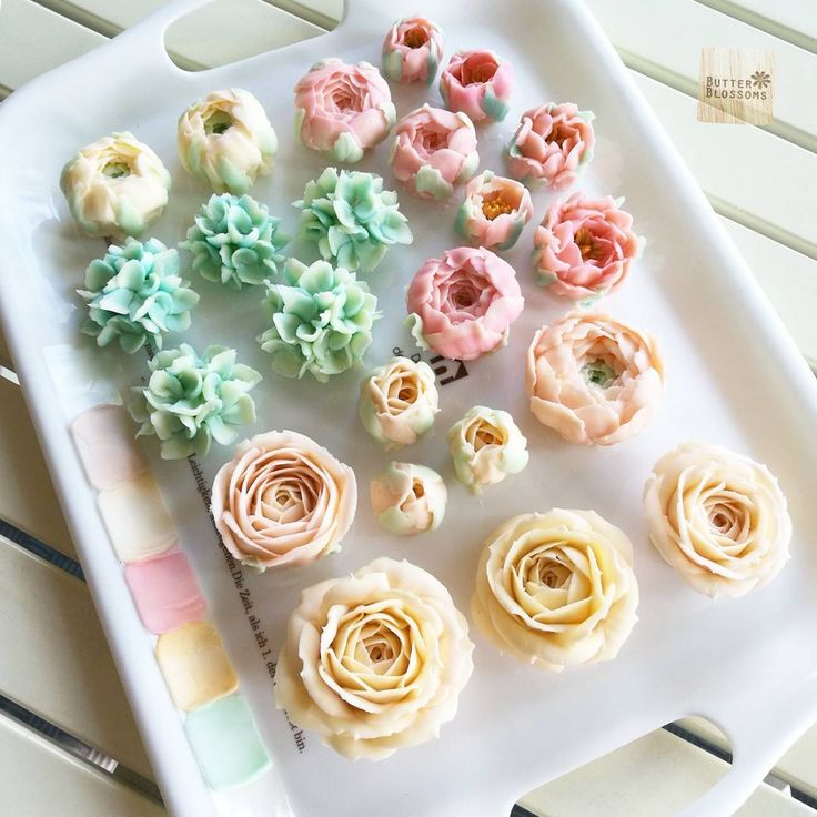 Pastal for today work. Buttercream flowers. Be member of Online class For info/ jivi5096@hotmail.com #butter #butterblossom #butterblossoms #onlineclass #flowers #flowercake #flowercakeclass #pipingclass #cake #cakes #cakeinspiration #cakeflowers #bakery #white #whiteflower #wreath #wreathcake #formom #mother #motherday #forbosswomen #forgirl #happybirthday #nature #love #thailand #bangkok #wreath #wreathcake #howtoperfect
