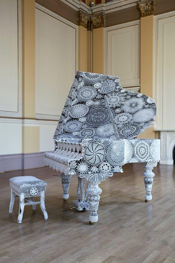 Piano Dentelle, 2008 . Piano de meia-cauda Steingraeber & Söhne, banco de piano, crochê em algodão feito à mão . 100 x 150 x 206 cm