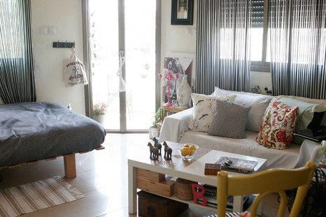 חלוקה מרומזת של החלל בין חדר השינה לסלון היוצרת ארגון וסדר