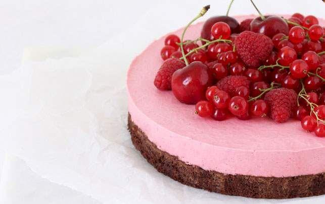 Hindbærmoussekage. Intens browniebund toppet med syrlig hindbæryoghurtmousse og friske bær en masse.