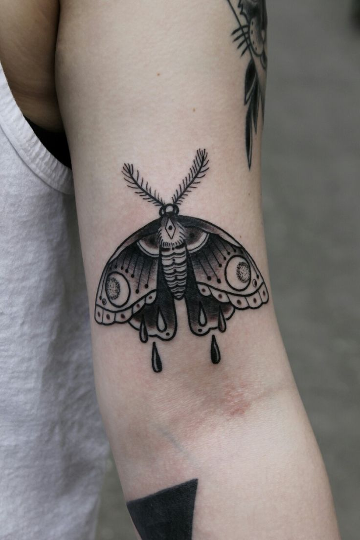 25 best ideas about moth tattoo on pinterest moth symbolism black tattoos and karma tattoos. Black Bedroom Furniture Sets. Home Design Ideas