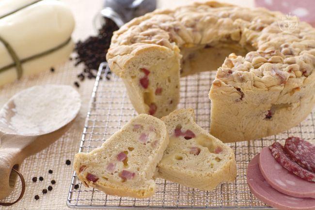 Questa ciambella rustica salata, si rifà al celebre tortano campano: pasta di pane arrotolata ripiena di salumi, formaggi e ciccioli.