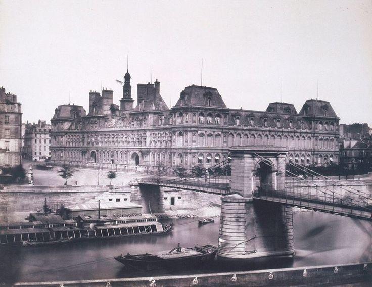 L'ancien Hôtel de Ville photographié par Edouard Baldus en 1854. Remarquez aussi l'ancien pont d'Arcole, alors une étroite passerelle en fonte suspendue à des chaînes en fer, juste avant sa démolition.