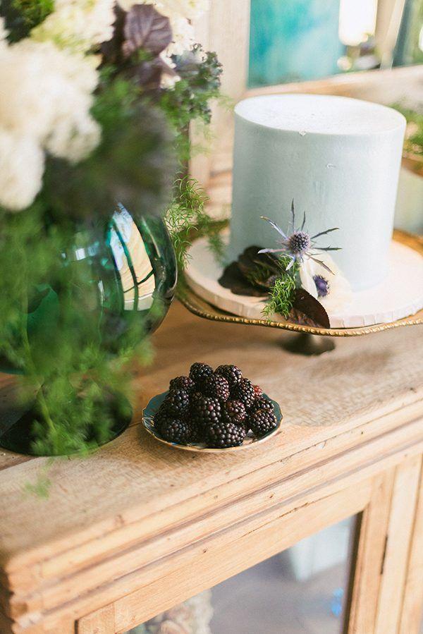 синие свадебные торты - фото Саназ фотографии http://ruffledblog.com/cool-teal-wedding-inspiration