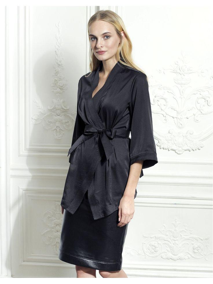 """Блуза-кимоно из атласа LO - интересная дизайнерская вещь из коллекции """"Party"""". Блуза представлена в нашем каталоге в четырех цветах - черный, горчичный, красный и бордо. В комплекте - пояс декорированный отделочными строчками. Купить такую блузу лучше всего в комплекте с юбкой-карандаш, например, или с легинсами. Такая блуза также будет прекрасно сочетаться и с классическими брюками."""