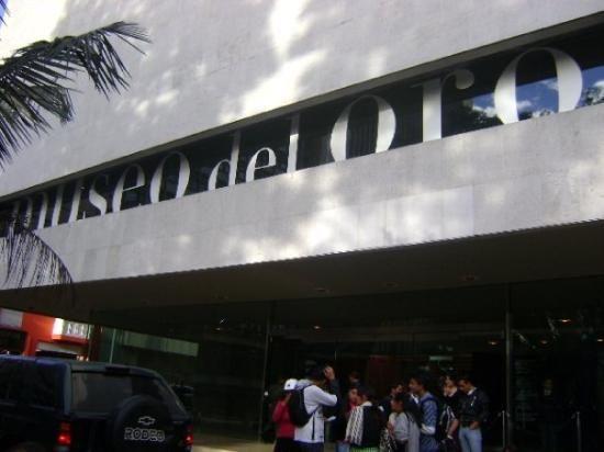 Visitar museos bien conocidos en Bogotá, Colombia como el Museo del Oro.