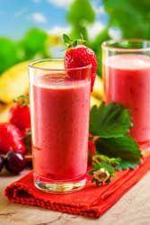 Smoothie fraises, cerises et banane une boisson rafraichissante et désaltérante