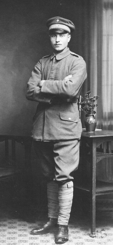 Soldat allemand qui possède à son ceinturon un couteau de tranchée.
