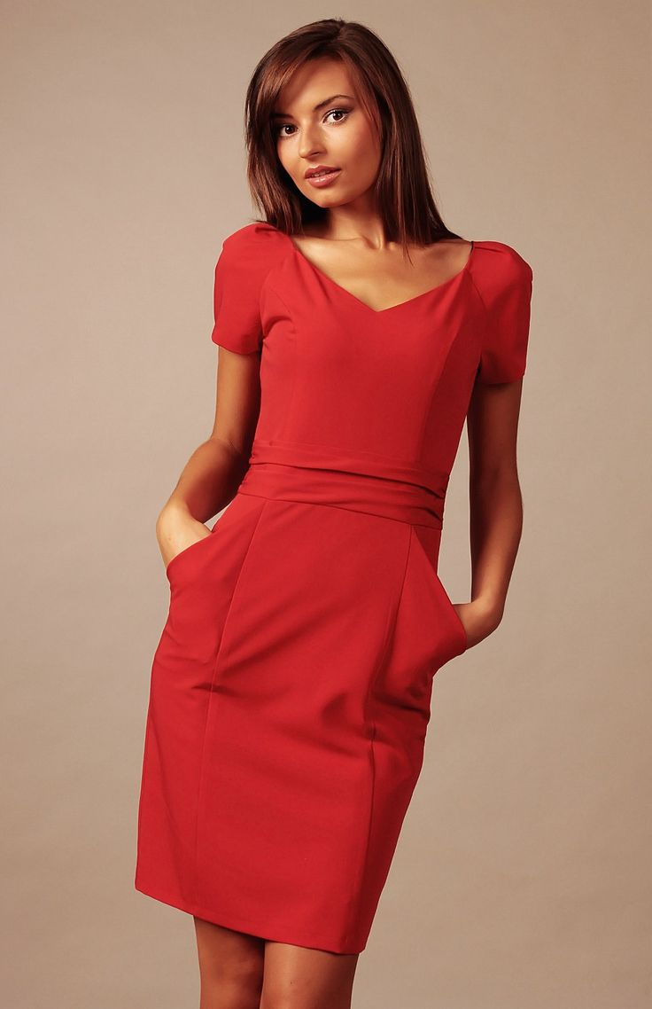 Petite robe rouge charmante et polyvalente.