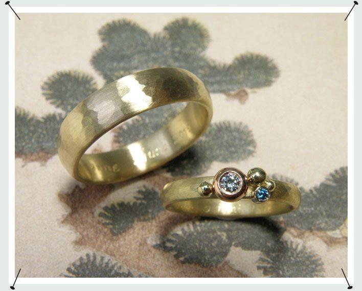 trouwringen  * ovale ring met hamerslag en bolletjes met ijsblauwe en fancy blue briljant geslepen diamant gezet in bolle zetting  * ovale ring met hamerslag  * vervaardigd van eigen goud * maatwerk *