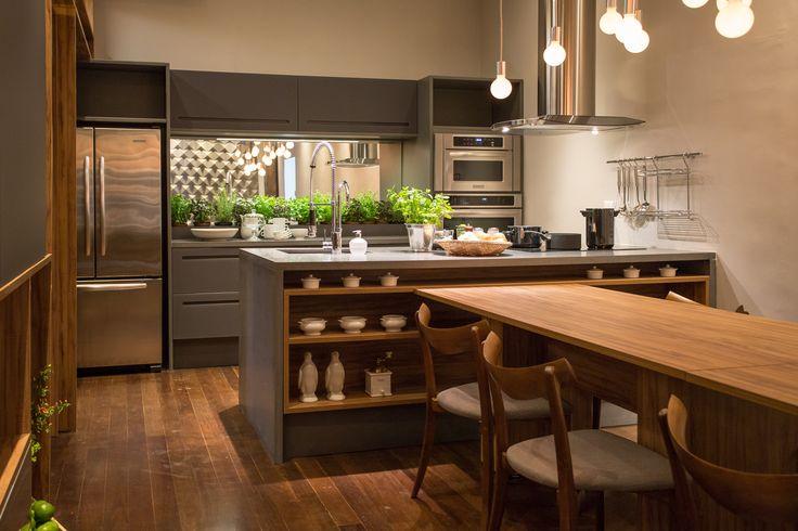 Cozinha integrada aposta na madeira e em móveis multiúso - Casa. Projetada pela…