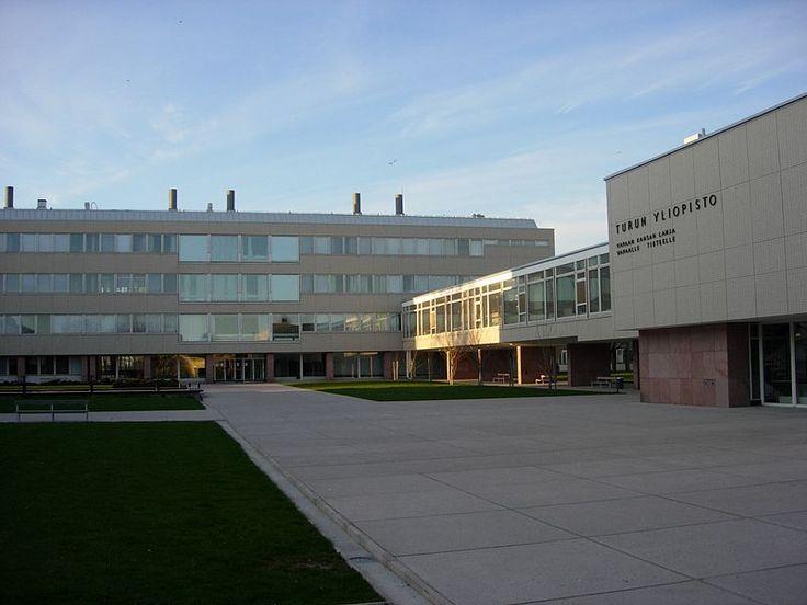 Opiskelin Turun yliopistossa  vuosina 2003–2011 pääaineenani suomen kieli. Sivuaineina opiskelin luovaa kirjoittamista, mediatutkimusta sekä liiketoimintaosaamista.   Kuva: © Samuli Lintula / Creative Commons