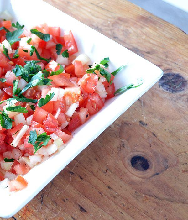 Tomatensalsa is zo'n typisch zomers gerecht dat eigenlijk overal wel lekker bij is. Het is heel makkelijk te maken en zorgt voor een lekker frisje.